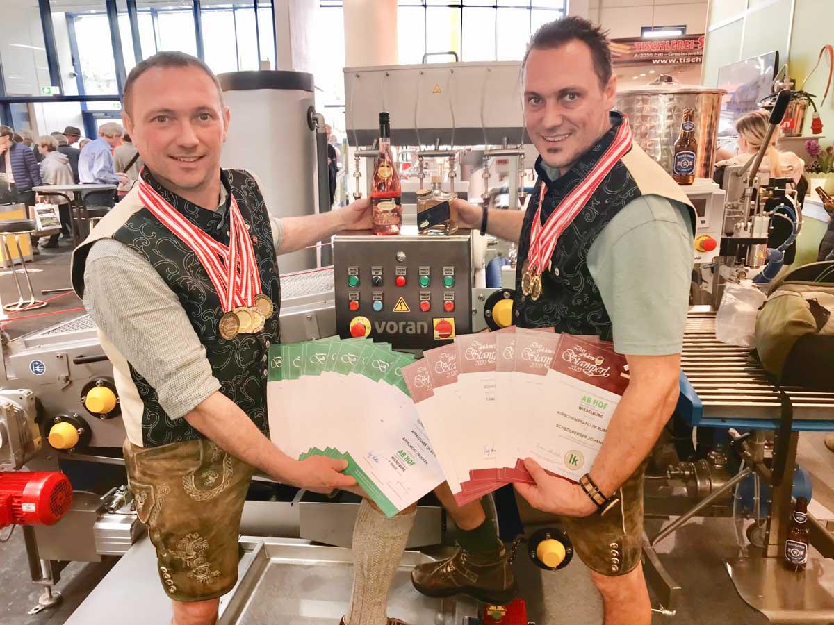 Manfred und Hannes mit Urkunden